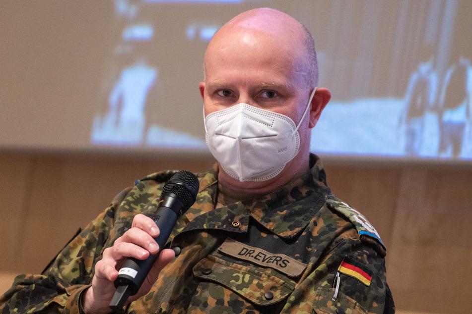 Portugal, Lissabon: Herr Dr. Jens-Peter Evers, Mitglied eines Teams der Bundeswehr zur Unterstützung des Kampfes gegen die Corona-Pandemie in Portugal, nimmt an einer Pressekonferenz teil.