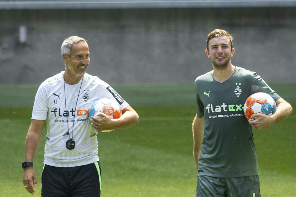 Gladbach-Cheftrainer Adi Hütter (51, l.) zählt auf seinen Defensivspieler Christoph Kramer (30).