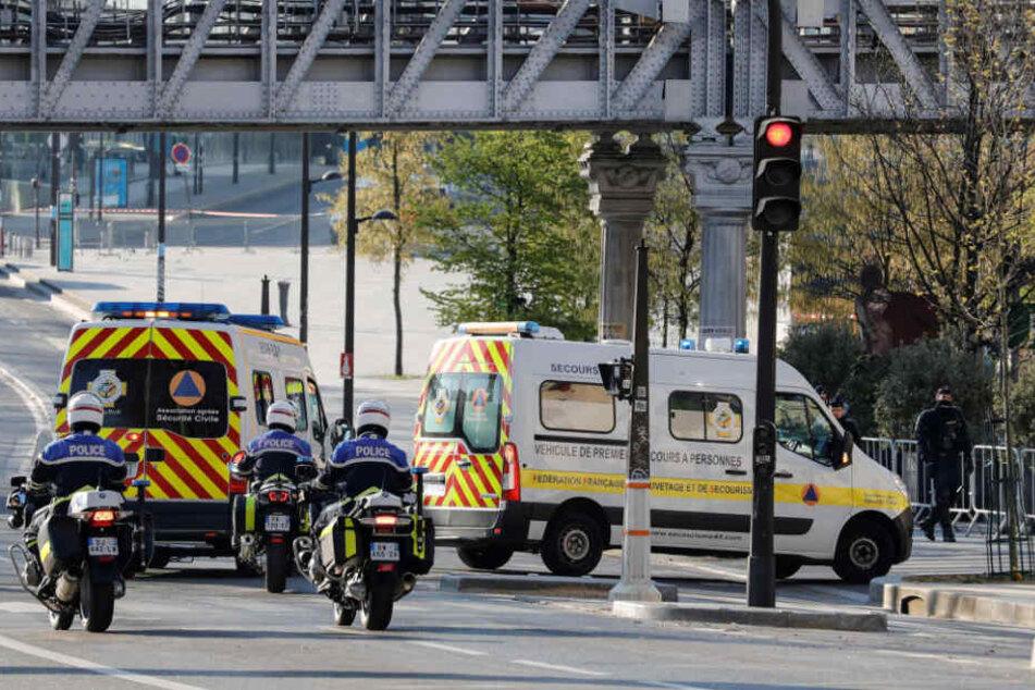 Paris: Polizisten eskortieren zwei Krankenwagen mit Covid-19-Patienten auf dem Weg zum Bahnhof Paris-Austerlitz.