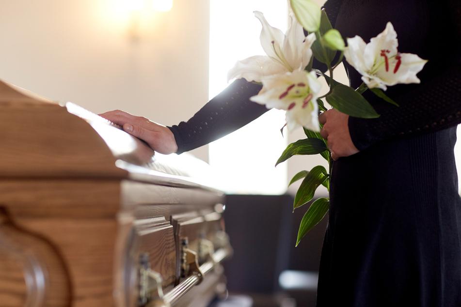 Es gibt weniger Trauergäste, viele Menschen verzichten sogar gänzlich auf Trauerfeiern. (Symbolbild)