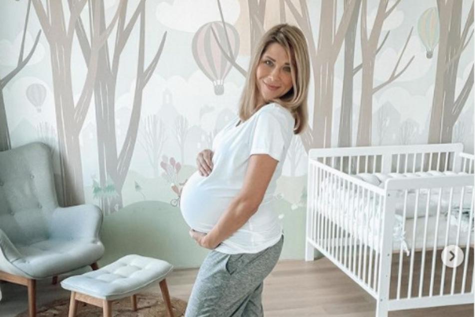 Tanja Szewczenko (43) gibt ihren 152.000 Abonnenten regelmäßig Updates zum Verlauf ihrer Schwangerschaft. Die 43-Jährige freut sich riesig über ihr erneutes Babyglück.