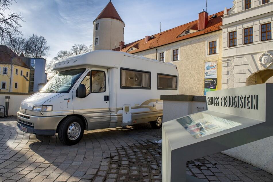 Der Freiberger Schlosshof lädt Wohnmobile zum Dinner.