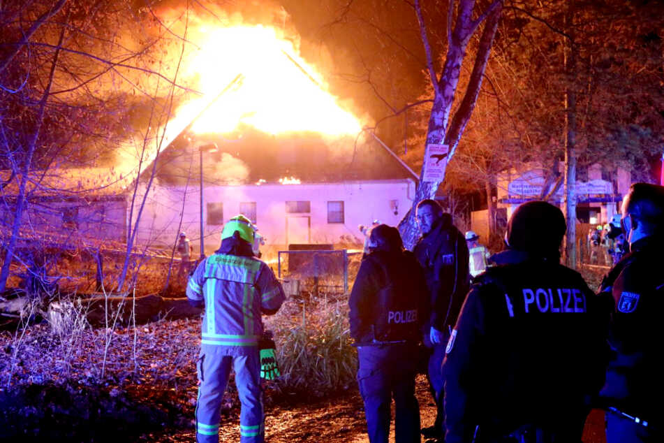 Ehemaliges Hotel geht in Flammen auf: Fast 100 Feuerwehrleute im Einsatz!