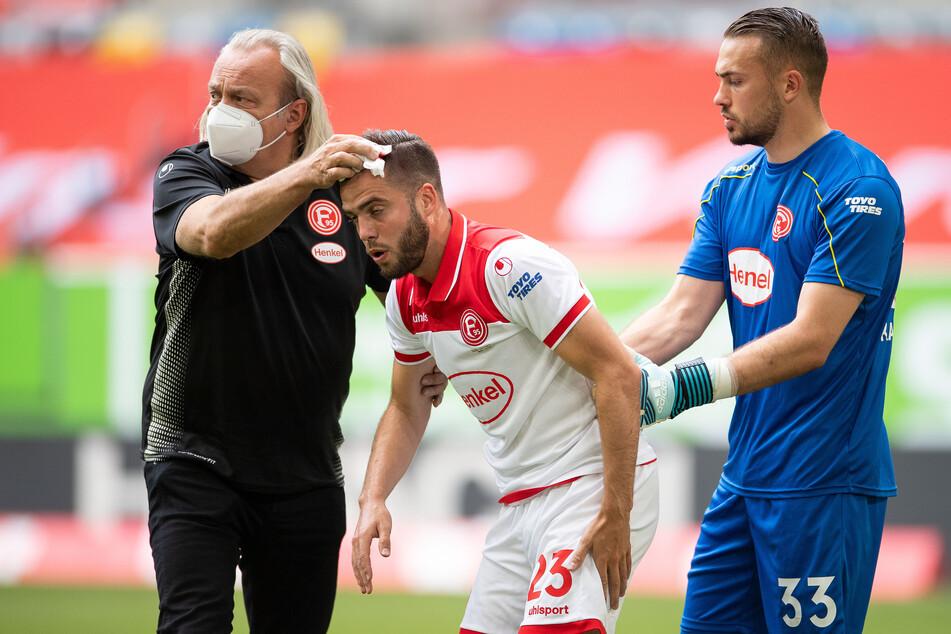 Düsseldorfs Mannschaftsarzt Ulf Becker im Einsatz.
