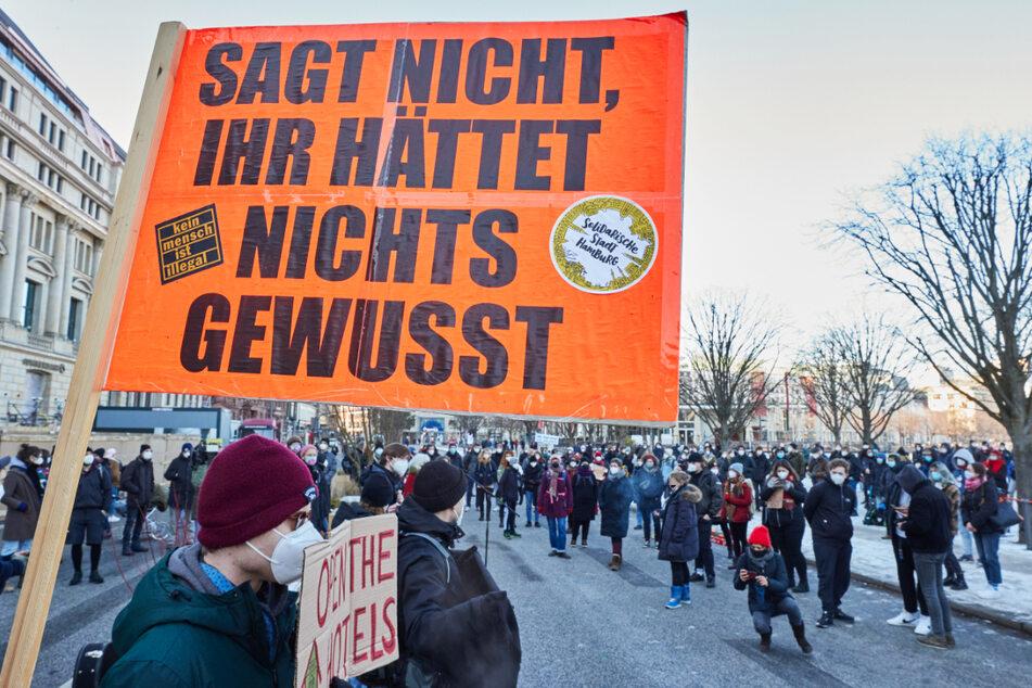 Mehrere Hundert Menschen demonstrierten in Hamburg für die Unterbringung von Obdachlosen in Hotels.