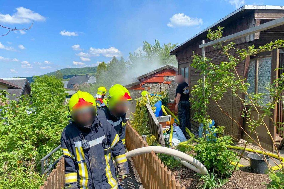 """Feuerwehreinsatz in der Gartenanlage """"Immergrün"""" in Annaberg-Buchholz: Ein Gartenbesitzer entzündete versehentlich seine Laube mit einem Unkrautbrenner."""