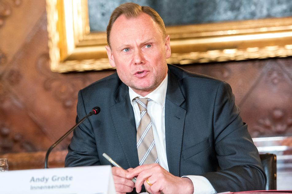 Andy Grote (SPD), Hamburgs Innensenator, spricht während einer Landespressekonferenz im Rathaus.