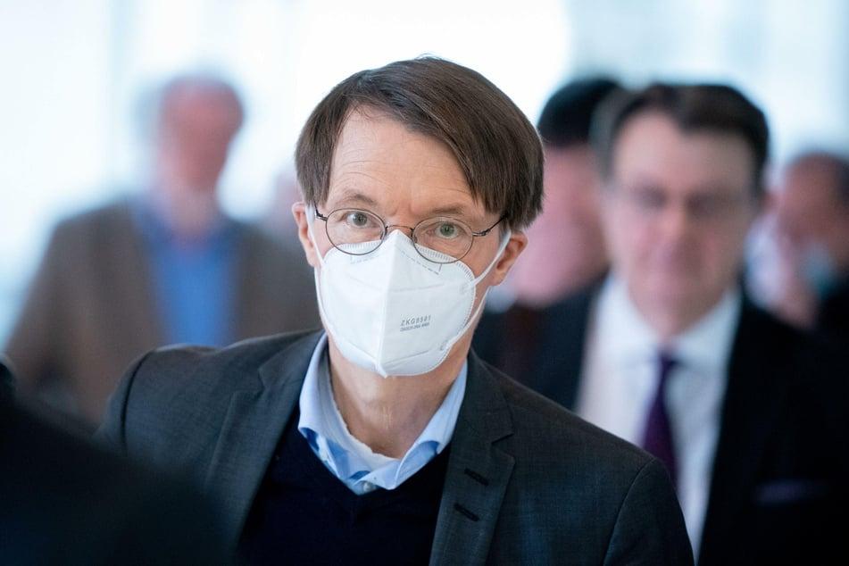 Karl Lauterbach (SPD), steht für die Stimmabgabe bei einer namentlichen Abstimmung in einer Warteschlange bei der Sitzung des Bundestages.