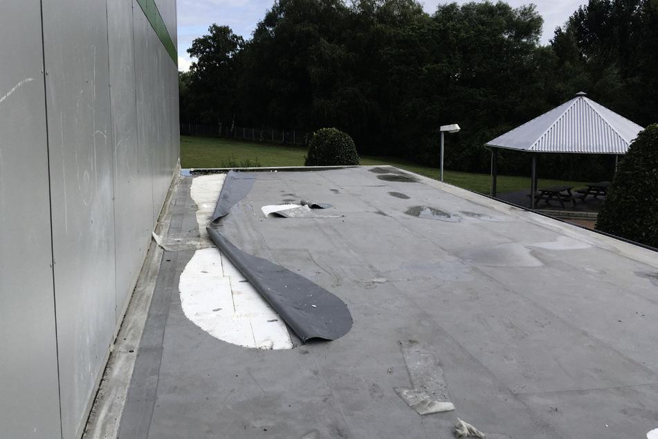 Auch Teile der Dachhaut zerstörten die Täter.