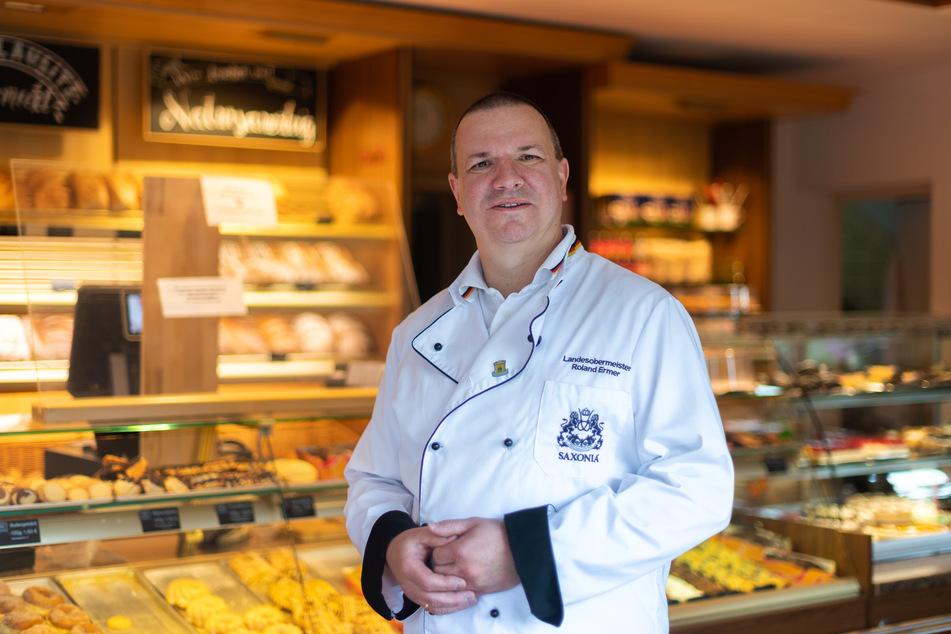 Roland Ermer, Bäckermeister und Präsident des Sächsischen Handwerkstages, steht im Laden seiner Bäckerei in Bernsdorf.