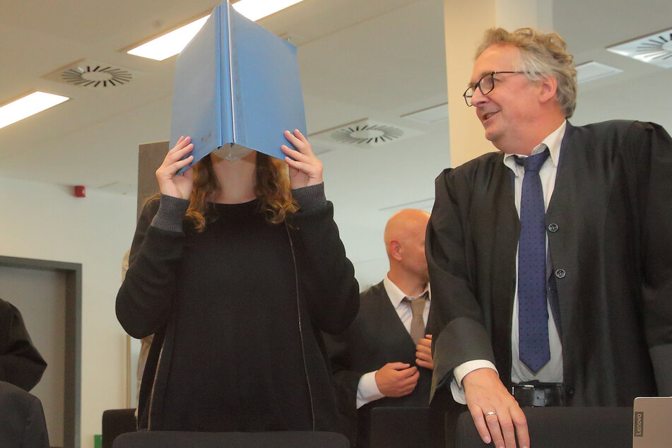 2. Prozesstag: Die angeklagte Lina E. mit ihrem Anwalt Ulrich von Klinggräff.