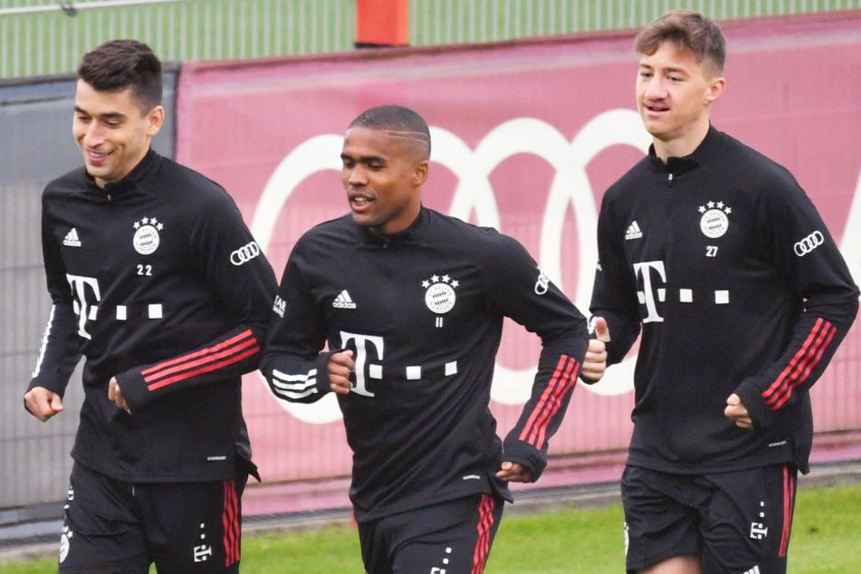 Angelo Stiller (19, r.) hat beim,3:0-Erfolg im DFB-Pokal gegen den 1. FC Düren sein Debüt für die Profis des FC Bayern München gegeben.
