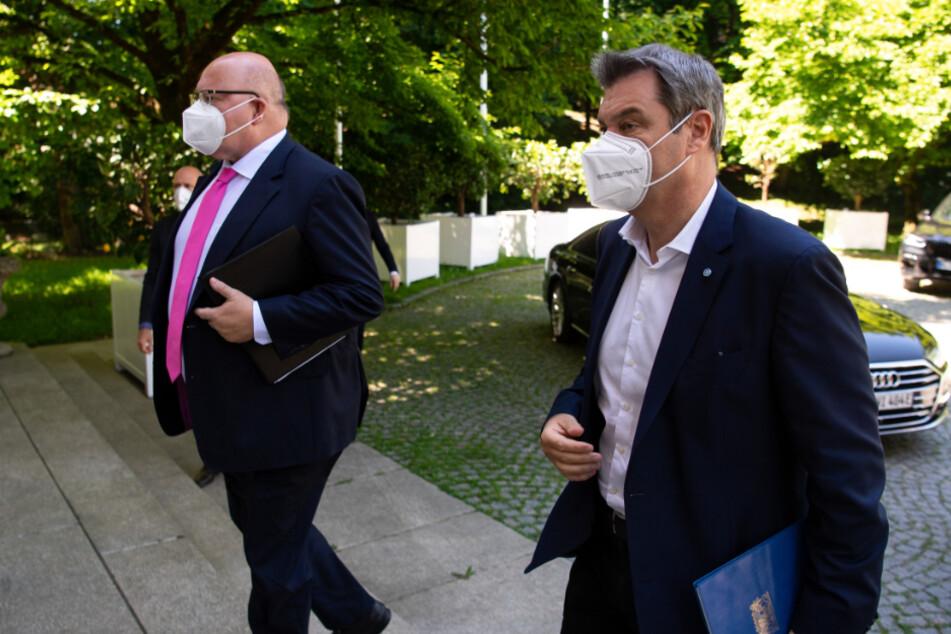 Markus Söder (54, r., CSU), Ministerpräsident von Bayern, und Peter Altmaier (62, CDU), Bundeswirtschaftsminister, kommen nach einer Video-Schalte mit Vertretern von Unternehmen und Wissenschaft zu einer Pressekonferenz.