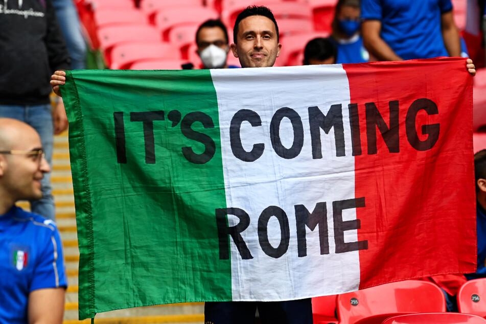 """Es geht auch friedlich und witzig: Dieser italienische Fan hat den englischen Spruch """"It's Coming Home"""" auf amüsante Art und Weise abgewandelt. Er möchte verständlicherweise, dass die Trophäe nach Rom kommt und nicht auf der Insel verbleibt."""