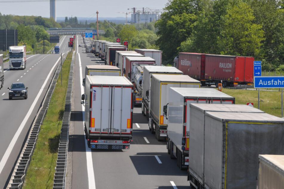 Lastwagen stauen sich auf der Autobahn A12 in Richtung Polen vor dem deutsch-polnischen Grenzübergang.