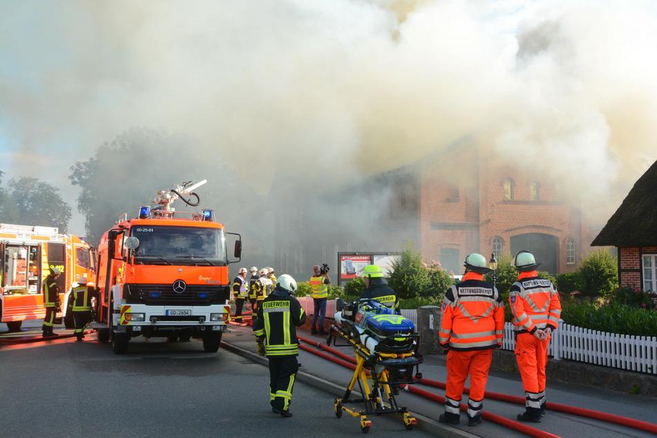 Einsatzkräfte stehen vor dem brennenden Gebäude in Delingsdorf. Stundenlang kämpften sie gegen die Flammen.