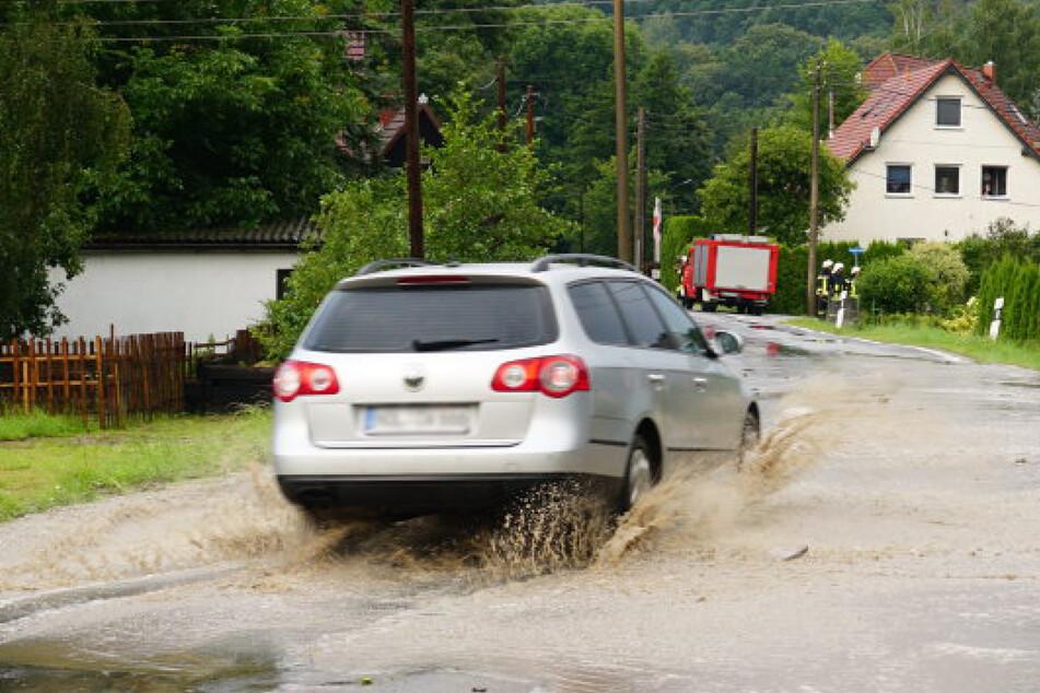 Das Wasser forderte manch einen Autofahrer heraus.