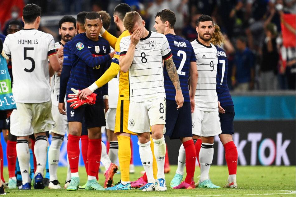 Toni Kroos (v., 4.v.r.) war die Enttäuschung anzusehen. Trotz starken Einsatz verlor Deutschland gegen ein abgezocktes Frankreich letztlich verdient.