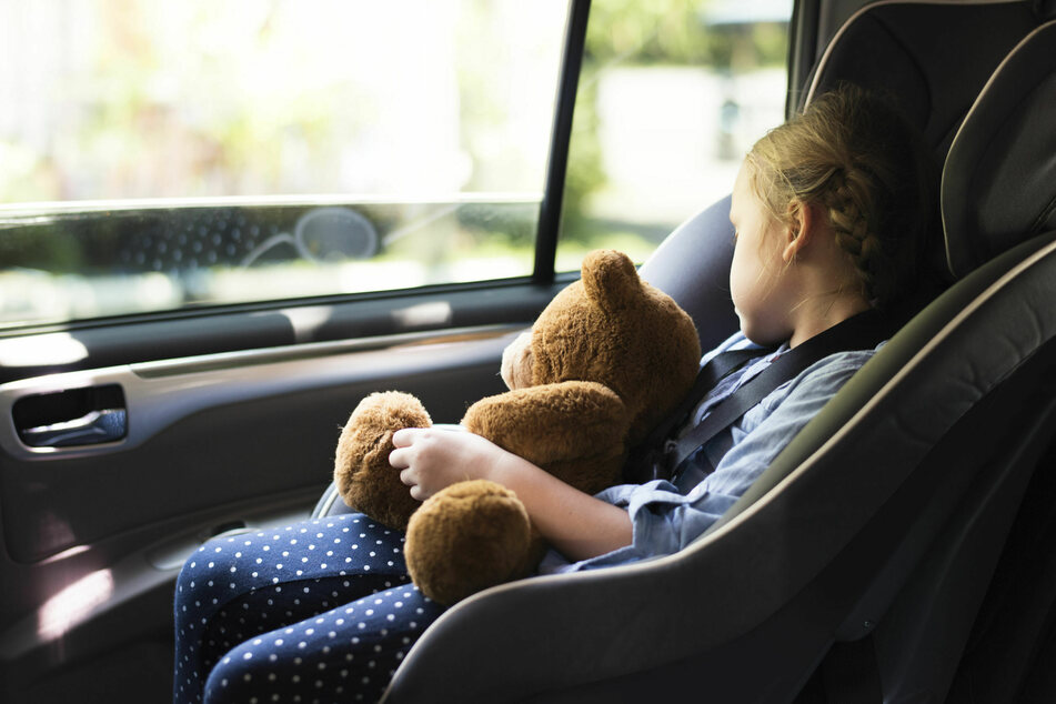 Eltern vergessen Tochter (2) nach Einkaufen im überhitzten Auto
