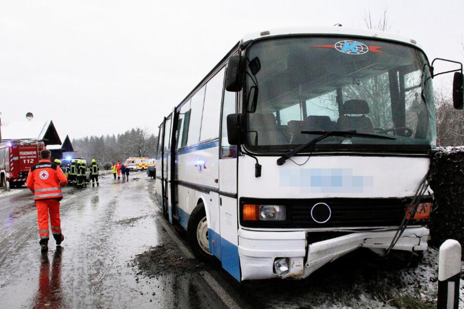 Schwerer Unfall mit Schulbus: 21 Grundschulkinder verletzt!