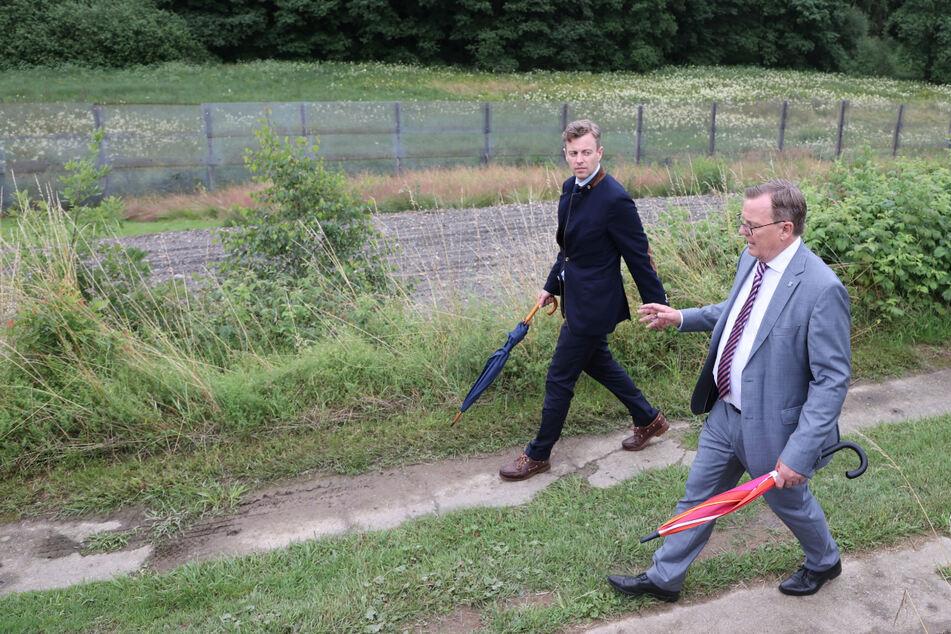 Thüringens Ministerpräsident Bodo Ramelow (65, Linke, r.) und Hofs Landrat Oliver Bär (44, CSU) gingen die ehemalige innerdeutsche Grenze in Mödlareuth ab.