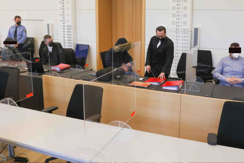 Am Landgericht in Dresden hat der Prozess gegen die drei Angeklagten begonnen.