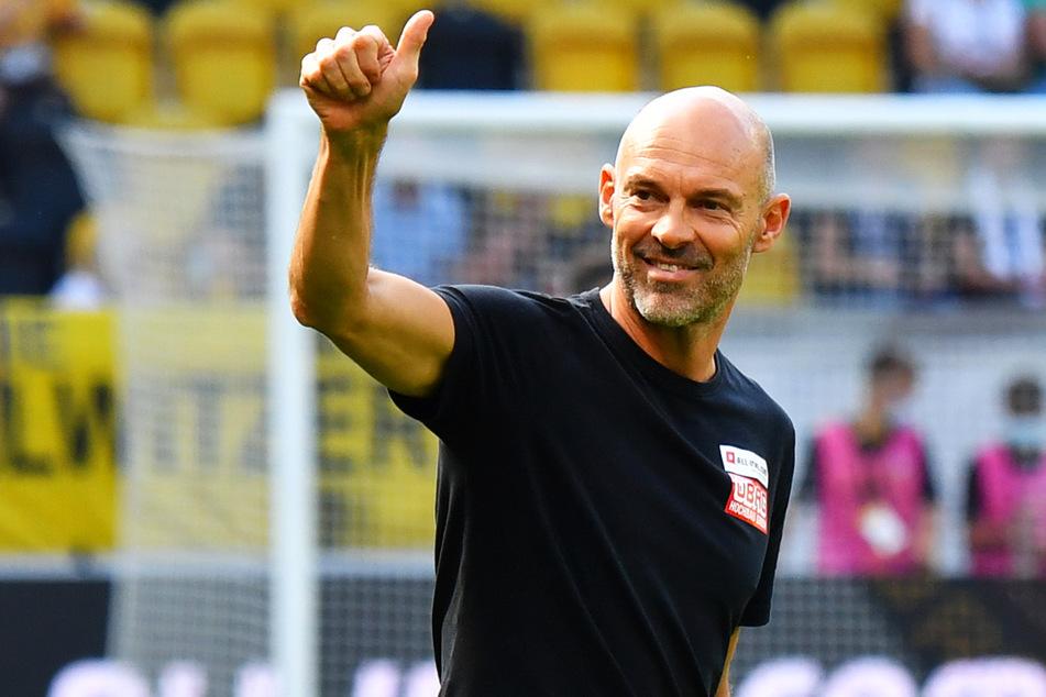 Daumen hoch für Robin Becker (24) und seine Mannschaftskameraden: Dynamo-Trainer Alexander Schmidt (52).