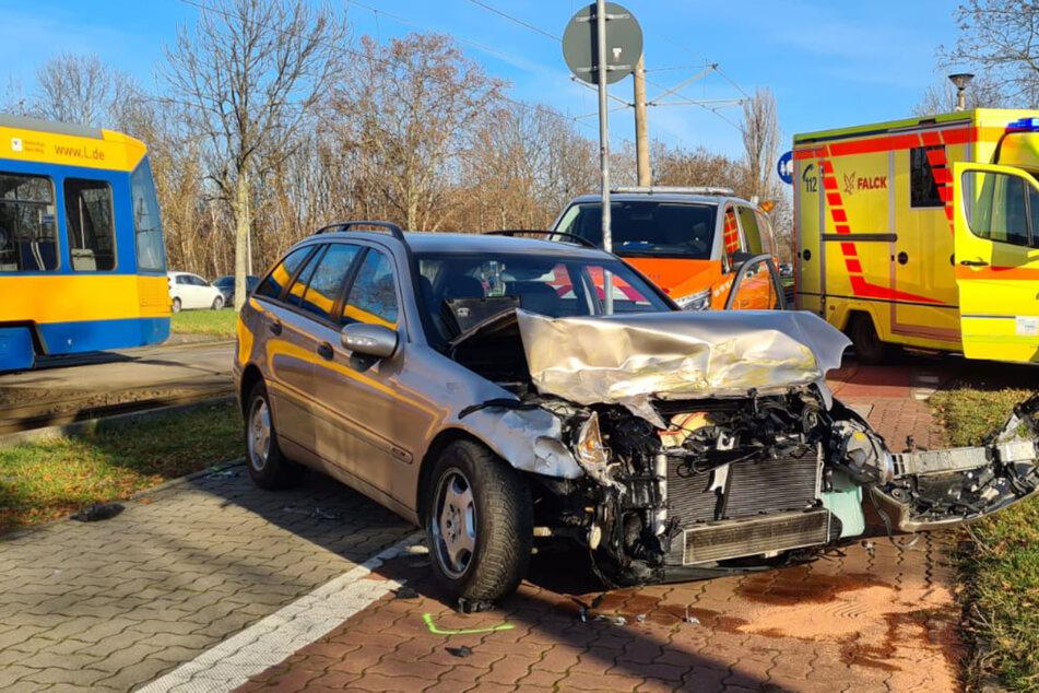 Folgenreicher Abbiege-Fehler: Auto kracht in Straßenbahn