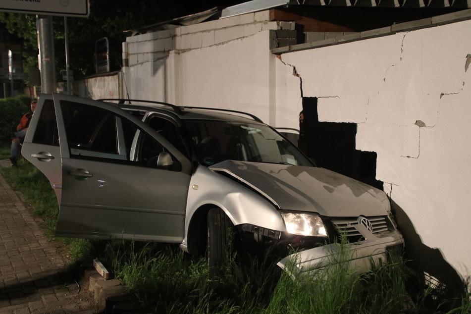 Auf seiner Flucht vor der Polizei hatte der VW-Fahrer einen Unfall gebaut.