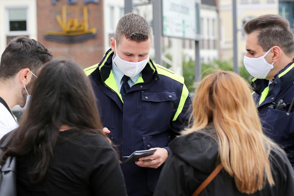 Mitarbeiter der Hamburger Hochbahn-Wache stellen bei einer Fahrgastgruppe Verstöße gegen die Maskenpflicht fest.