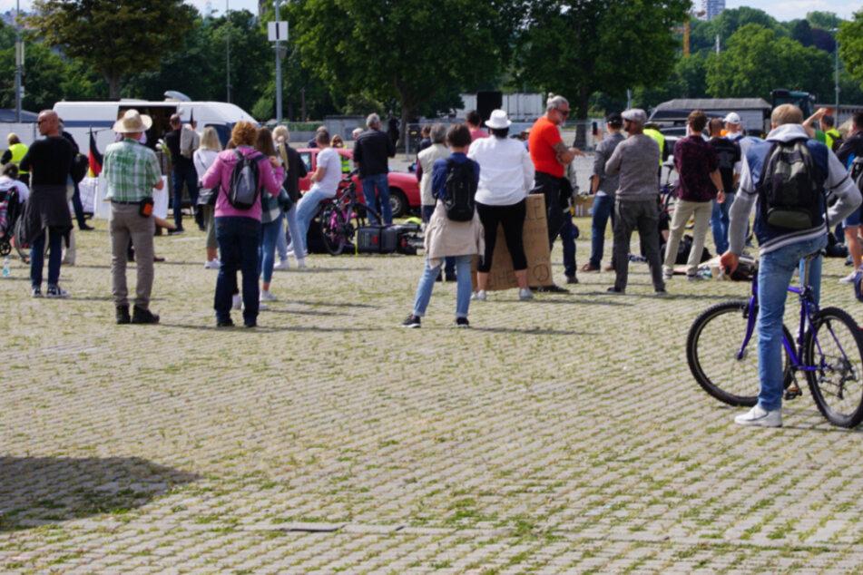 """Teilnehmer der """"Querdenken 711""""-Demo auf dem Cannstatter Wasen."""