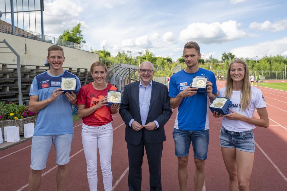 OB Sven Schulze (49, SPD, Mitte) verabschiedete die Leichtathleten Max Heß (25), Rebekka Haase (28), Marvin Schlegel (23) und Corinna Schwab (22, v.l.) im Sportforum.