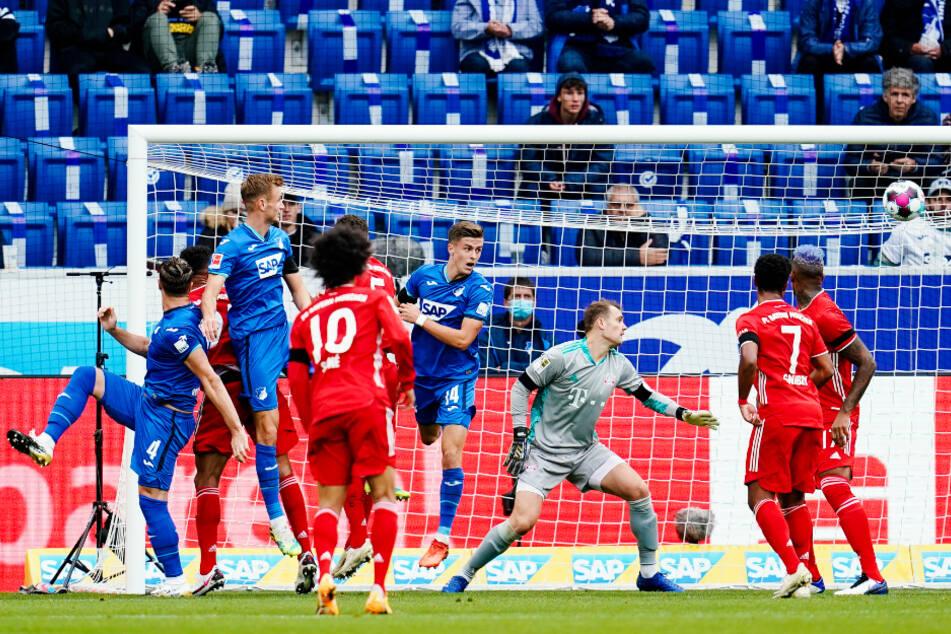 Ermin Bicakcic (l.) trifft per Kopf nach einer Ecke von Dennis Geiger zum 1:0 für Hoffenheim in die lange Ecke.
