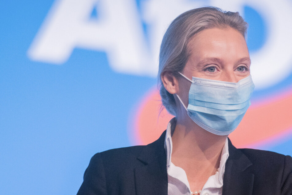 Alice Weidel (41), stellvertretende Bundessprecherin, winkt beim Bundesparteitag der AfD (Alternative für Deutschland).