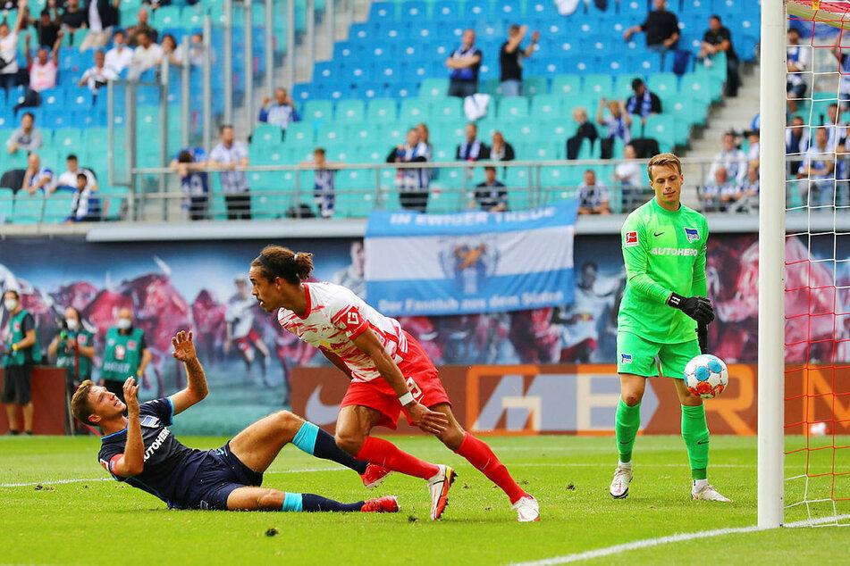 Der für Toptransfer André Silva in die Mannschaft rotierte Yussuf Poulsen (M.) zieht hier nach seinem 2:0 zum Jubel ab.