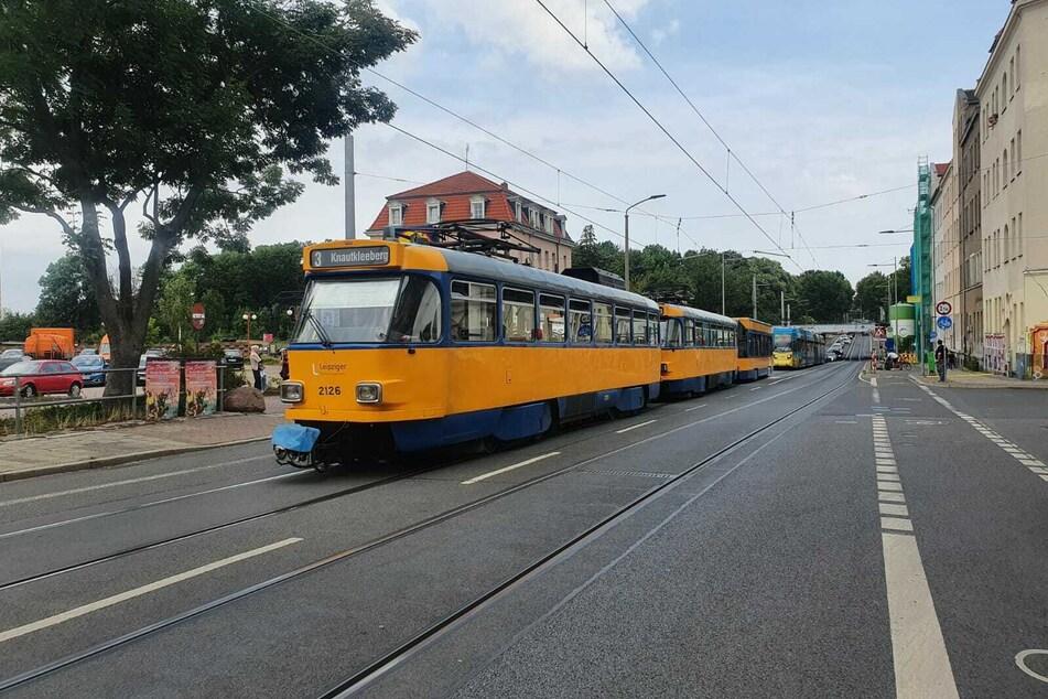 Leipzig: Leipzig: Straßenbahn fängt während der Fahrt plötzlich an zu qualmen