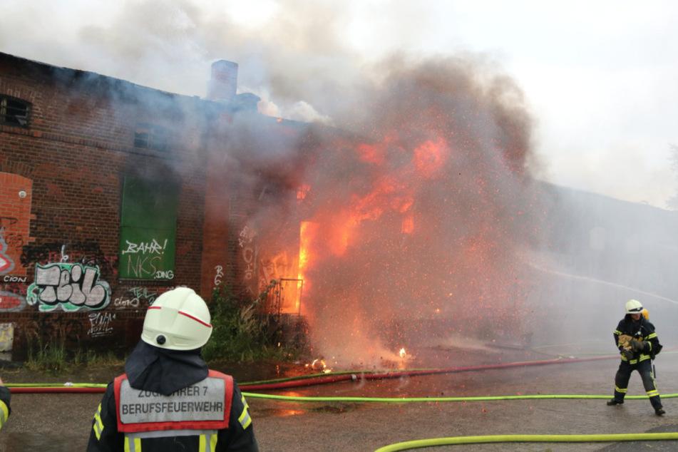 Eine Lagerhalle in Köln-Porz fing am Samstagnachmittag Feuer.