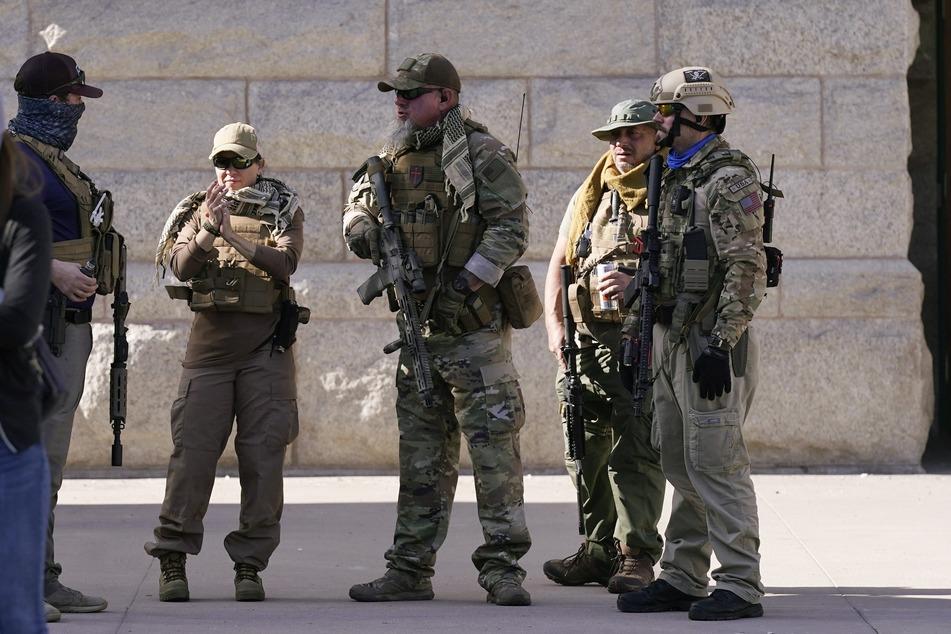 Bewaffnete Trump-Anhänger bei einer Demonstration vergangenen Mittwoch in Phoenix, Arizona. US-Behörden warnen, dass Aufständler während der Amtseinführung Joe Bidens einen Todesstreifen um den US-Kongress errichten wollen.