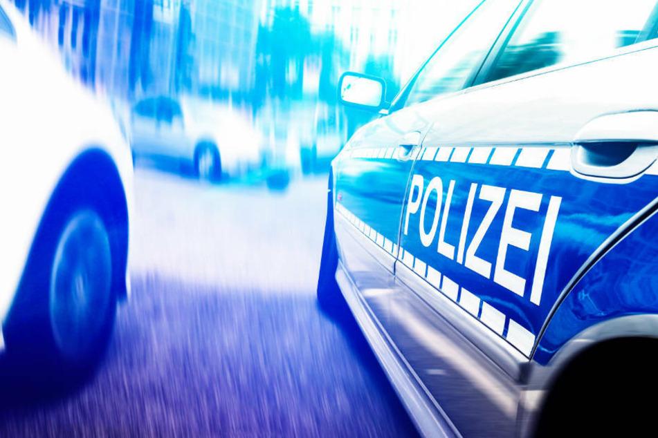 Nachdem er den Streifenwagen mit seinem Auto gerammt hatte, flüchtete der 25-Jährige zu Fuß weiter vor der Polizei (Symbolbild).