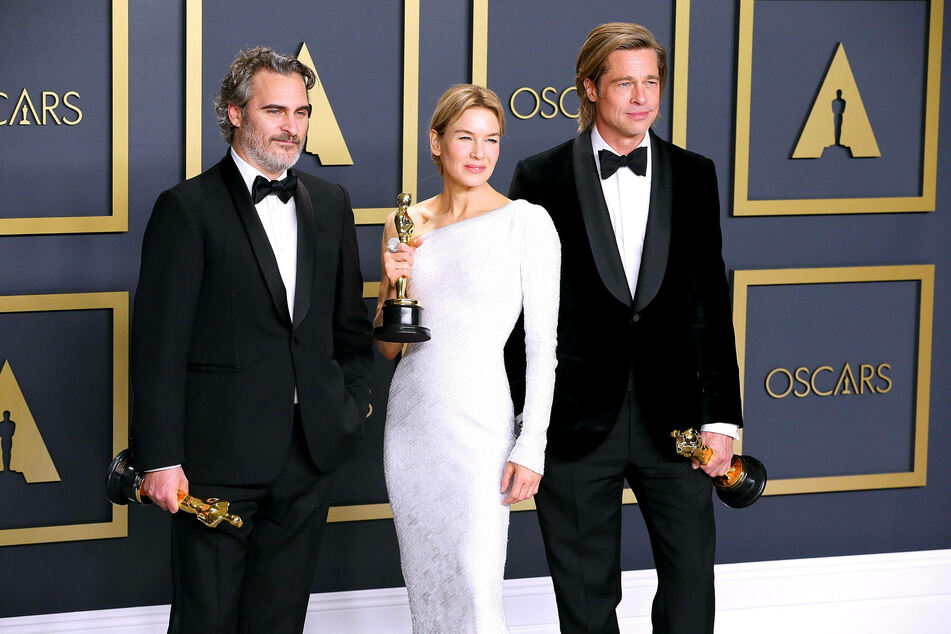 Joaquin Phoenix (l), Renee Zellweger (m) and Brad Pitt (r) pose with their Oscars in the press room at the Dolby Theatre.