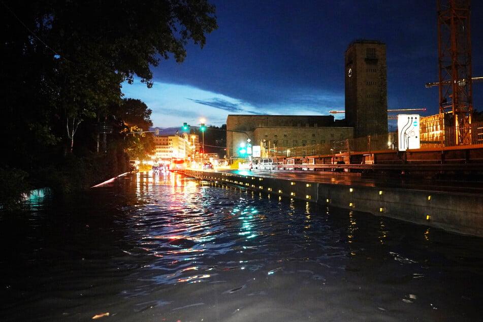 Die Schillerstraße in der Nähe des Hauptbahnhofs stand unter Wasser und wurde vorübergehend gesperrt.
