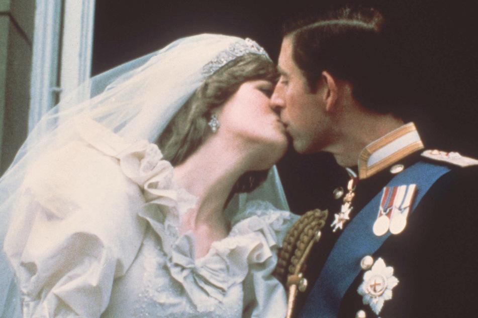 29.07.1981, Großbritannien, London: Hochzeitskuß des damaligen Traumpaares, Prinz Charles und Lady Diana Spencer. (Archivbild)
