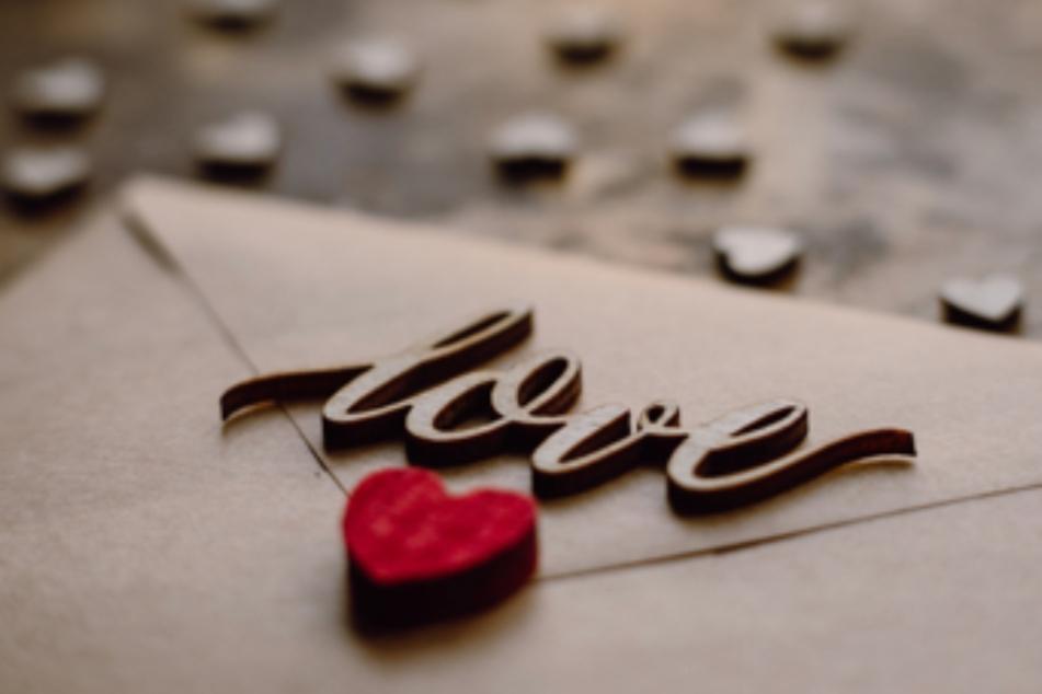 Die schönsten Geschenke gibt es nicht zu kaufen, aber man kann sie trotzdem teilen: Zeit und Liebe (Symbolbild).