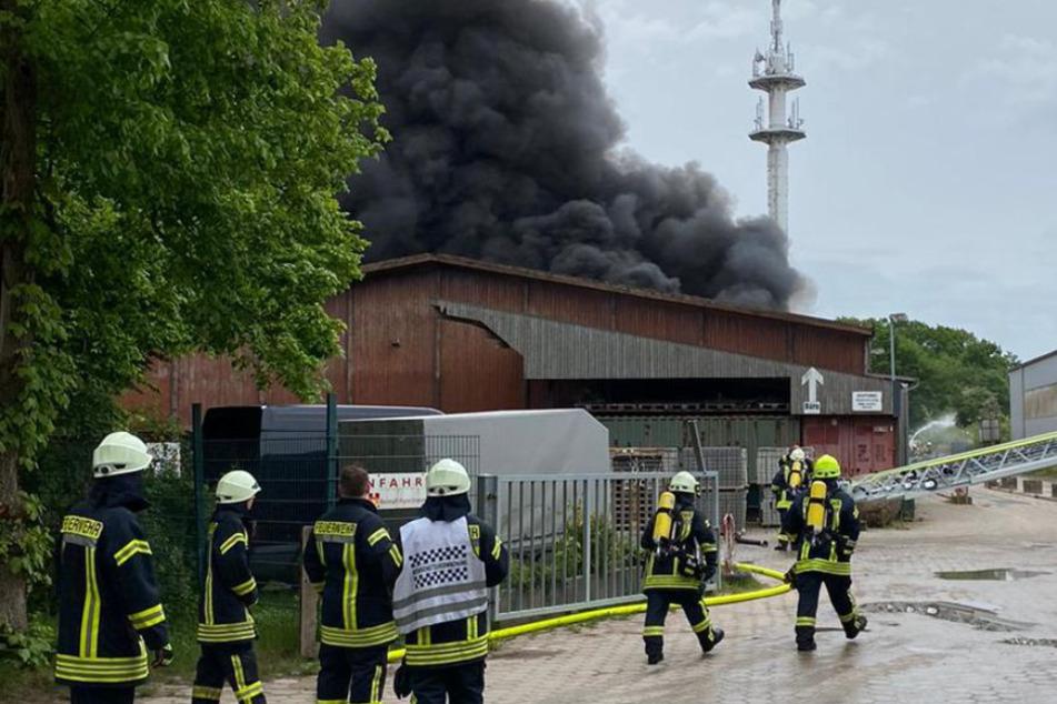 Aus der Lagerhalle in Harsefeld steigt dunkler Rauch.