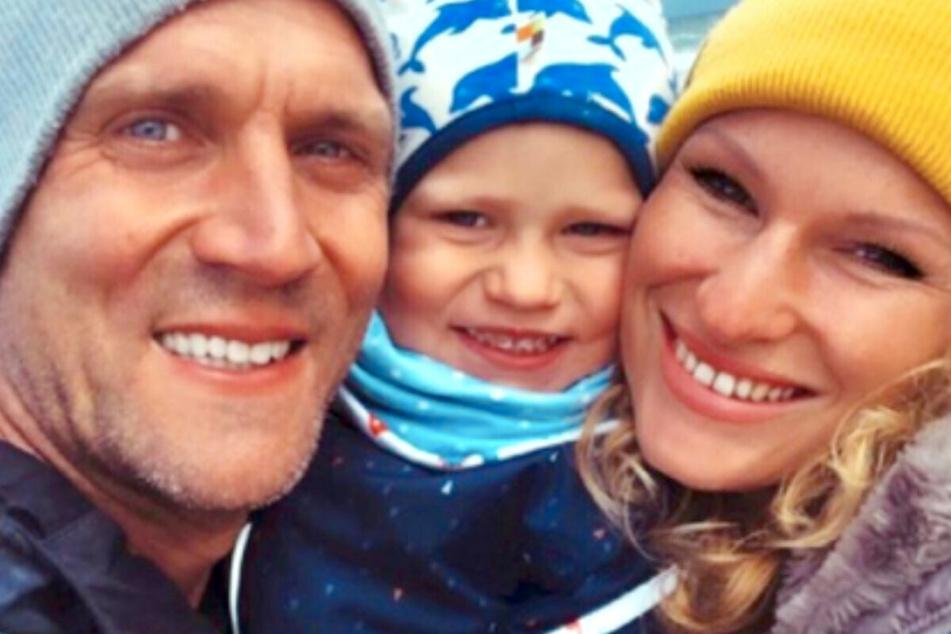 Peer Kusmagk (44, l.) ist mit seiner Familie für zwei Monate an die Nordsee gereist.