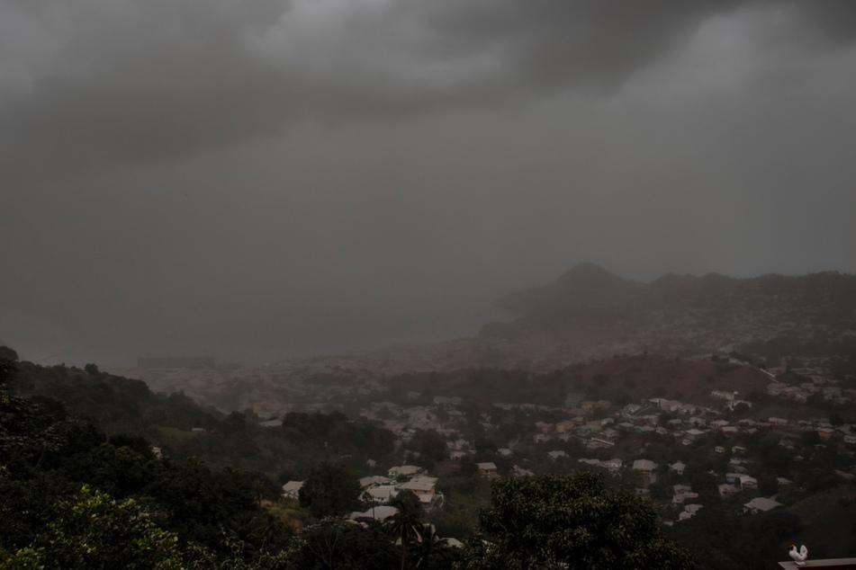 Eine Wolke vulkanischer Asche schwebt einen Tag nach dem Ausbruch des Vulkans La Soufriere über Kingstown.