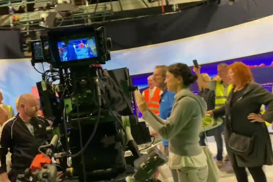 Mehrere Menschen drangen in das Fernsehgebäude ein.