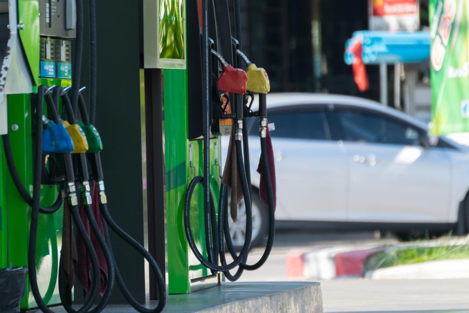 Tankstelle beklaut: 150 Liter Diesel schießen aus Zapfsäule!
