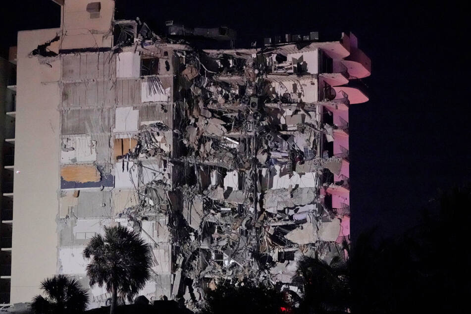 Mehr als 80 Einheiten der Feuerwehr rückten zu dem eingestürzten Haus aus.