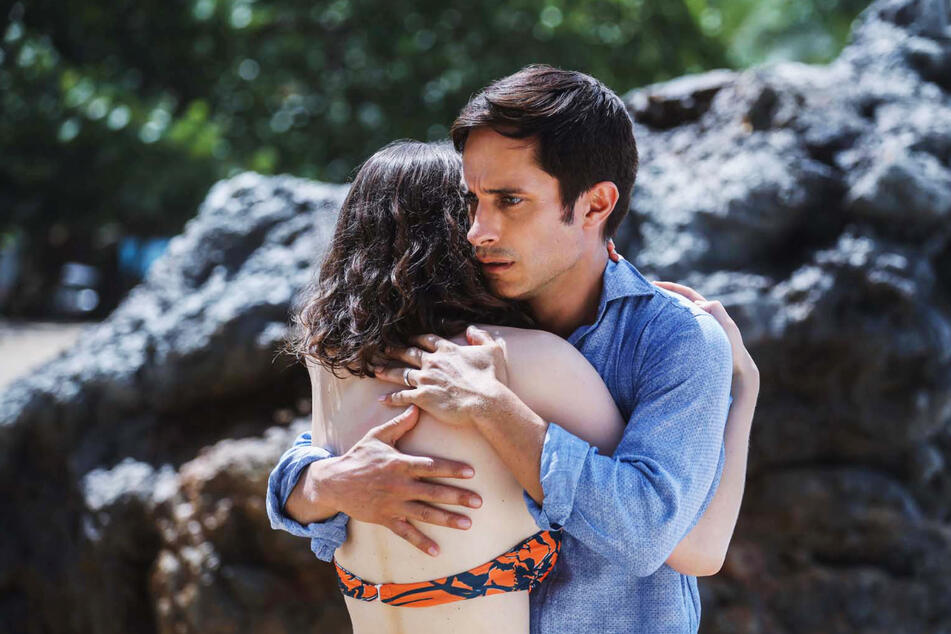 Guy (42, Gael Garcia Bernal) traut seinen Augen nicht: Seine Tochter Maddox (20, Thomasin McKenzie) ist plötzlich erwachsen!